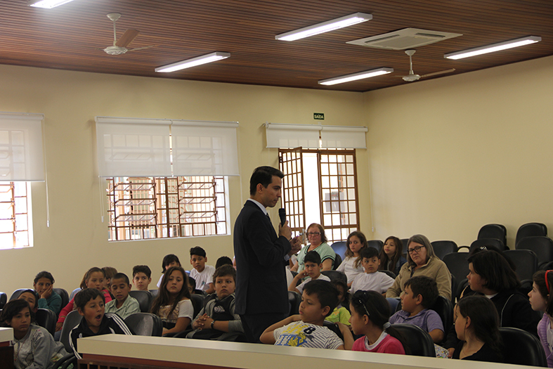 O  promotor Diogo de Araujo Lima ressalta a importância do estudo e de andar sempre no caminho do bem  (Foto:Nara Coelho/Fatos do Iguaçu)