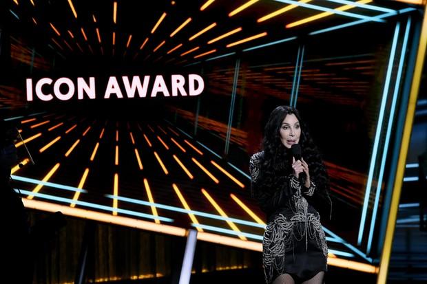 Cher apresentou e entregou o prêmio Billboard