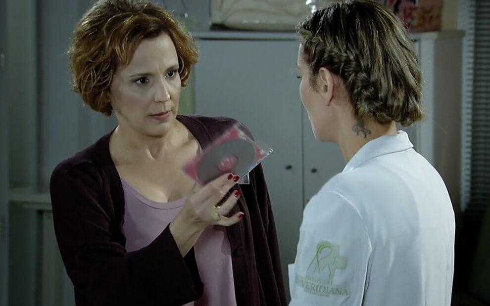 Eva proíbe a enfermeira de usar o CD que Manu deixou para Ana
