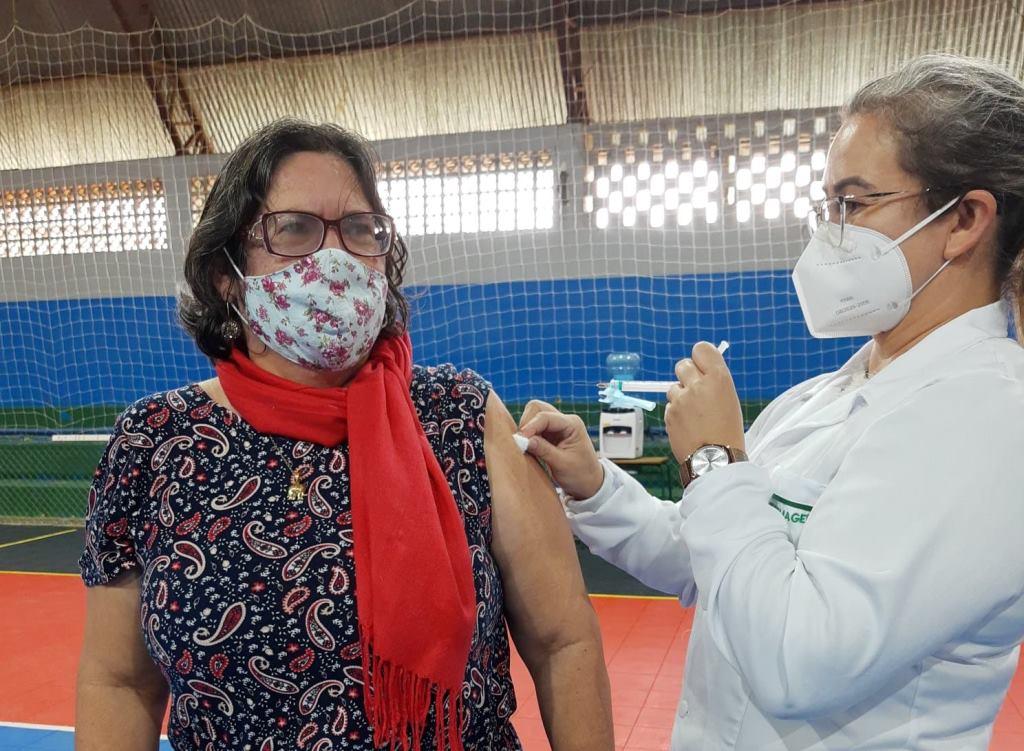 Nara recebendo a vacina da Covid-19