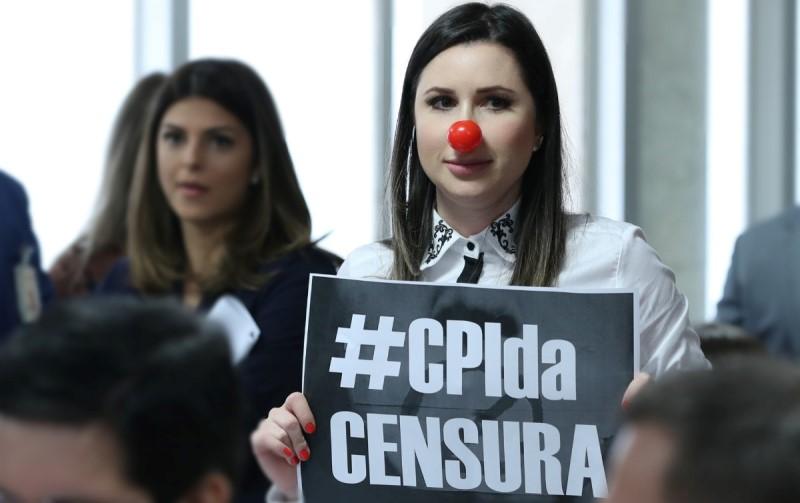 Moças protestando contra a CPI