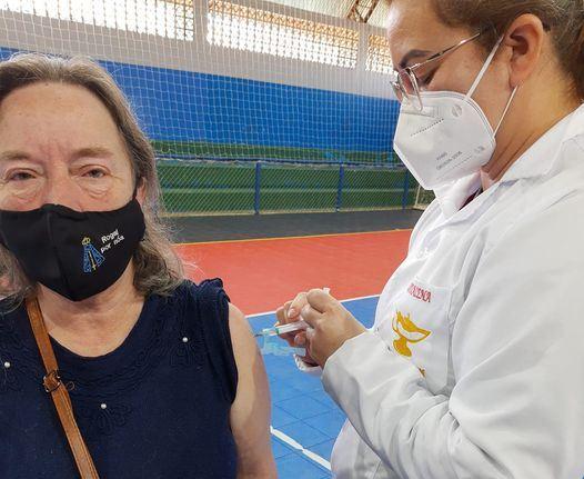 Nair Coelho sendo vacinada
