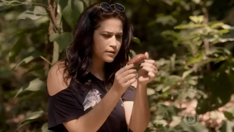 Joaquina encontra a luva com o pen drive de Alan na mata