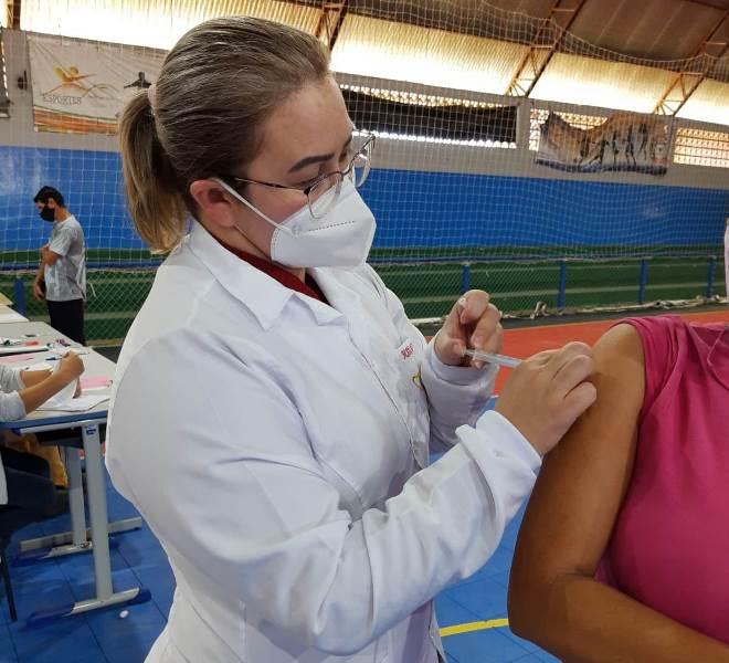 Enfermeira aplicando a vacina da Covid-19