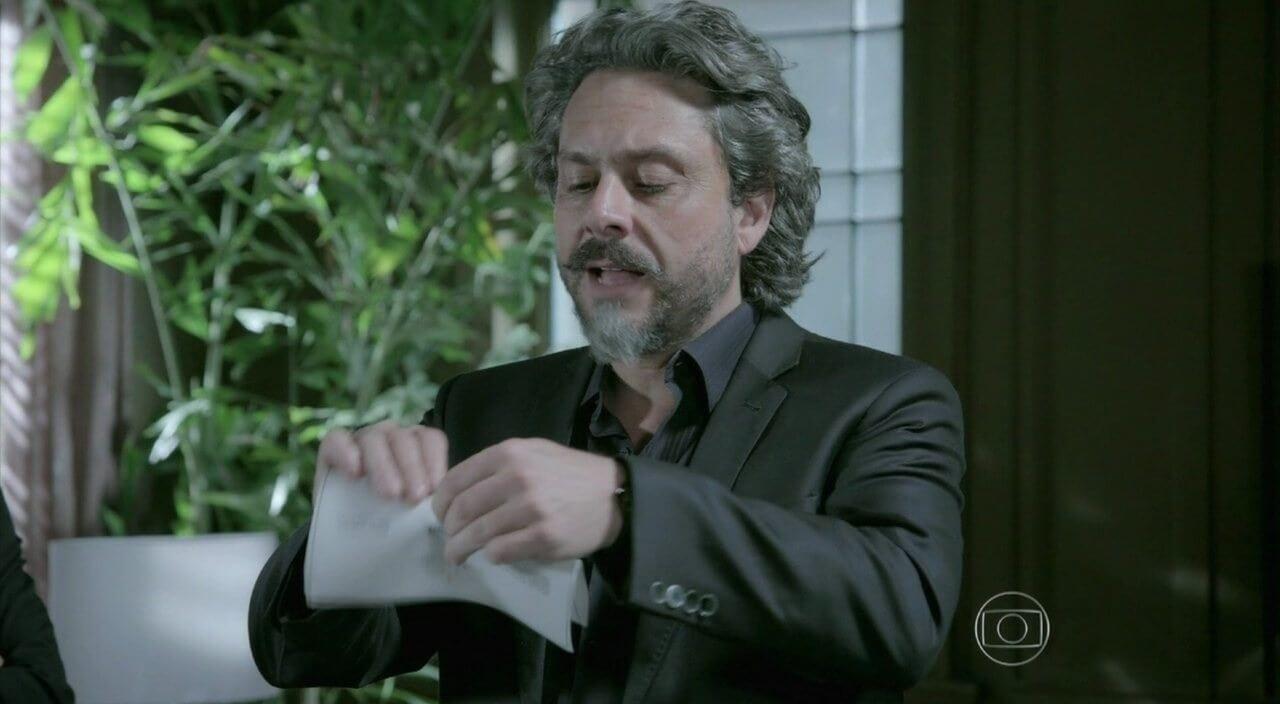 José Alfredo destrói o envelope com o resultado do exame de DNA